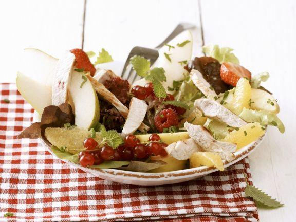 Bunter Salat mit Beeren und Hähnchenbrustfilet