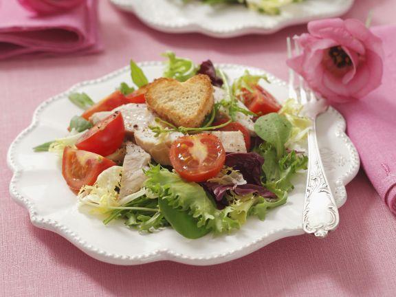 Bunter Salat mit Cocktailtomaten, Hähnchen und Herz-Croutons