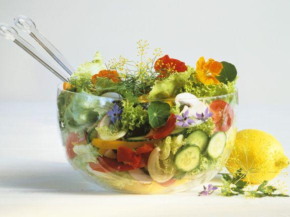 Bunter Salat mit Essblüten