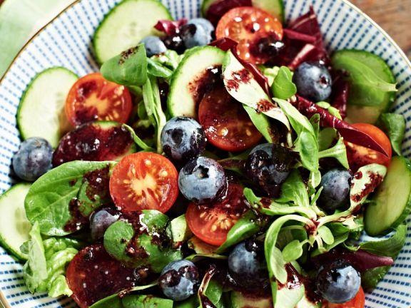 Bunter Salat mit Heidelbeeren