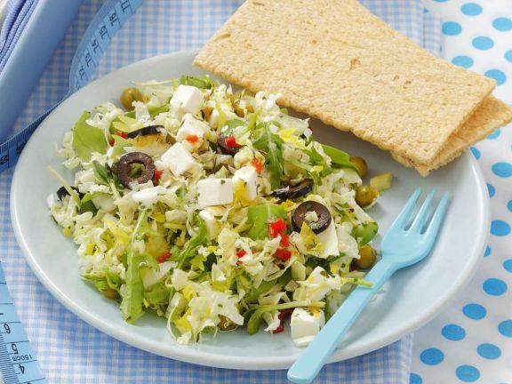 Bunter Salat mit Kichererbsen und Feta