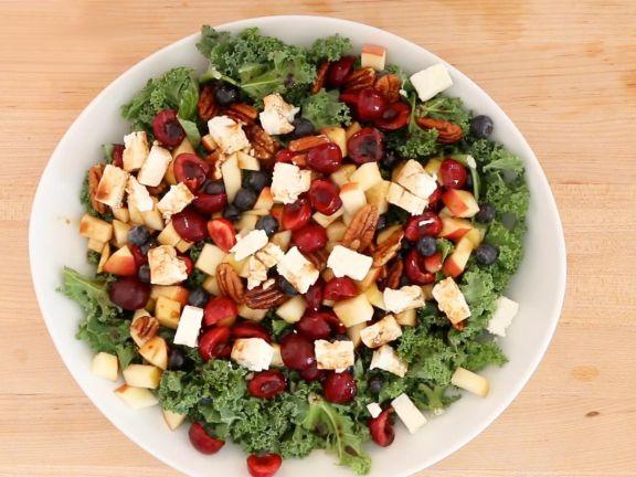 Bunter Salat mit Kirschen und Feta