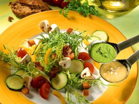 Bunter Salat mit Kräutersauce und Vinaigrette