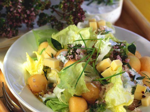 Bunter Salat mit Melone und Käse