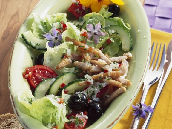 Bunter Salat mit Schweinefleischstreifen