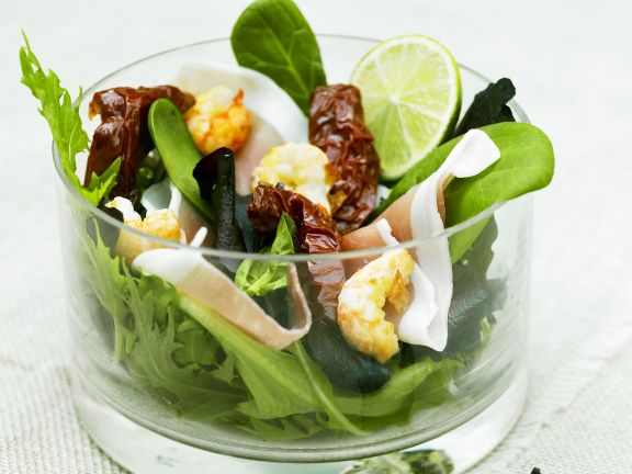Bunter Salat mit Shrimps und Speck