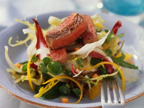 Bunter Salat mit Straußensteak und Orangendressing