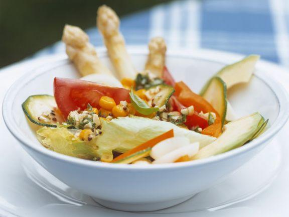 Bunter Salat mit Zucchini, Spargel, Mais und Avocado