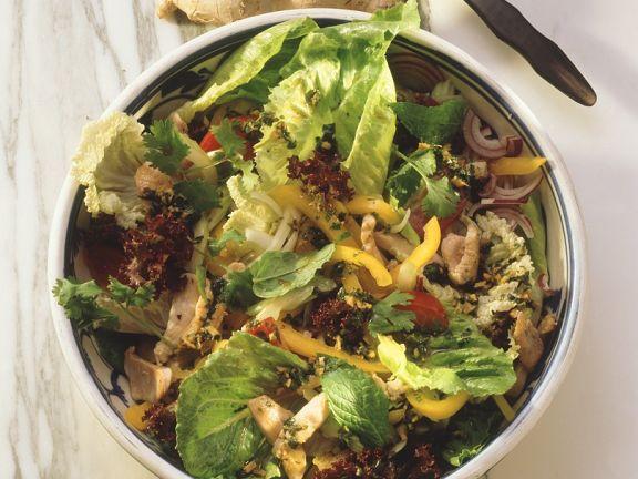 Bunter Salat und Pute und Ingwer