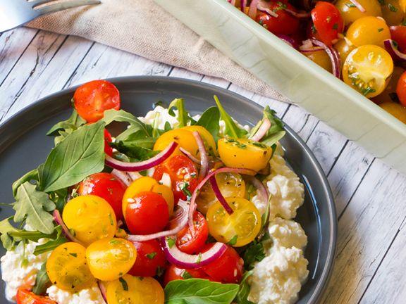Bunter Tomatensalat auf körnigem Frischkäse