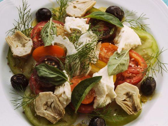 Bunter Tomatensalat mit Mozzarella und Artischocken