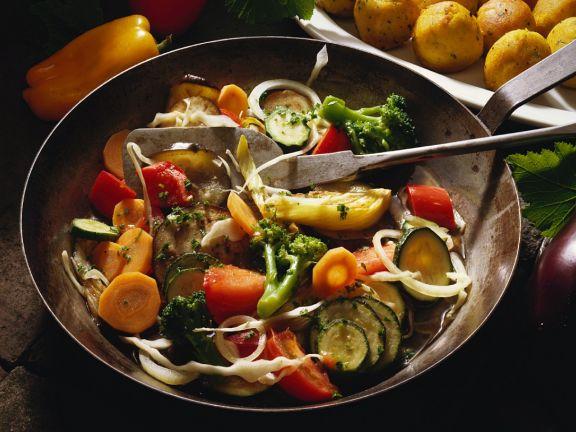Buntes Gemüse mit frittierten Kichererbsenbällchen