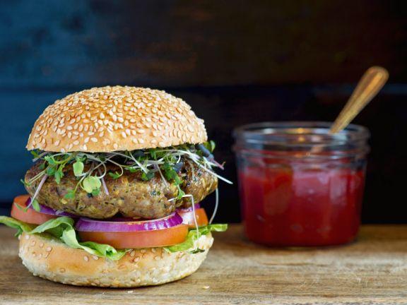 Burger aus Lammhackfleisch mit Ketchup