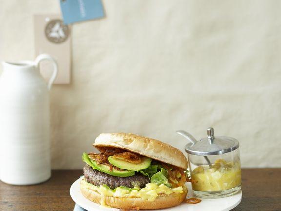 Burger mit Avocado, Zwiebel und Senfmayonnaise
