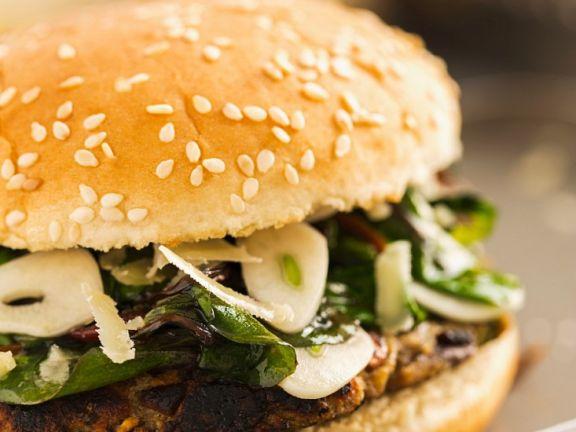 Burger mit Bohnen-Frikadelle, Spinat und Parmesan