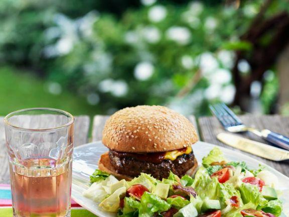 Burger mit buntem Salat