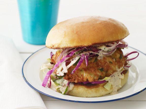 Burger mit Fischbratling und Rotkohl