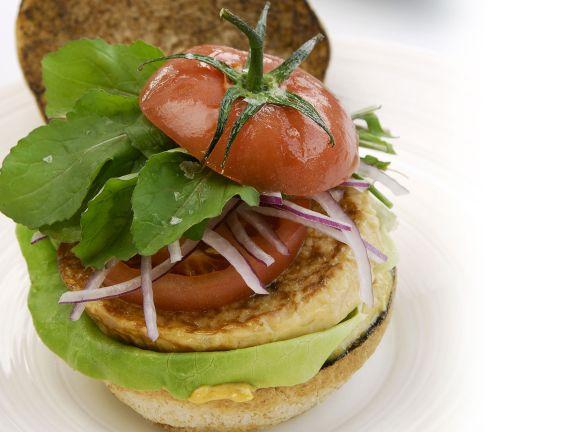 Burger mit Hirsebratling und Tomate