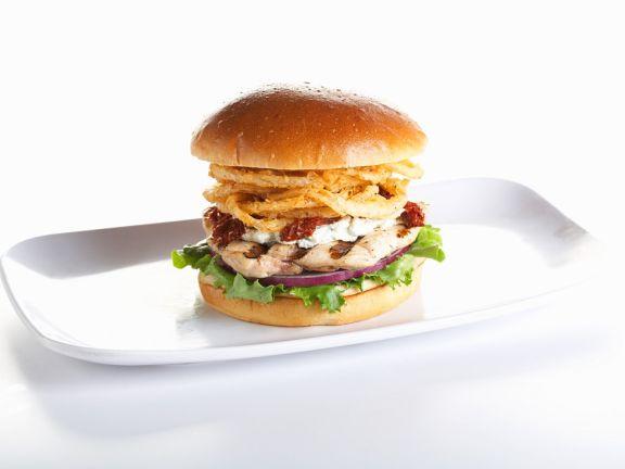 Burger mit Huhn und frittierten Zwiebeln