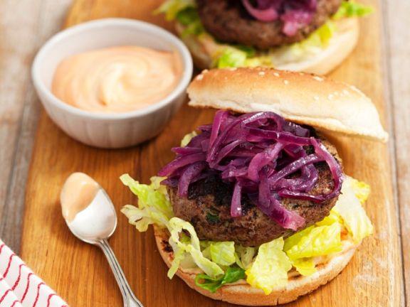 Burger mit Karamellzwiebeln und Cocktailsauce