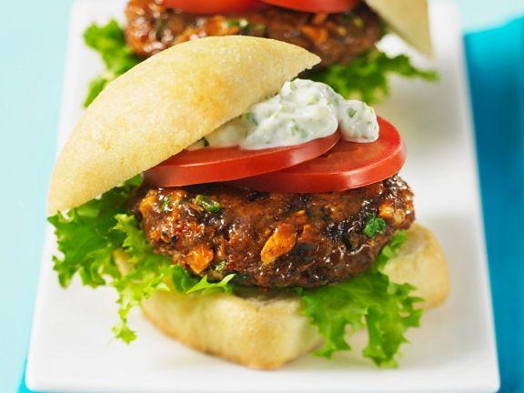 Burger mit Lachs-Mais-Frikadelle und Remoulade