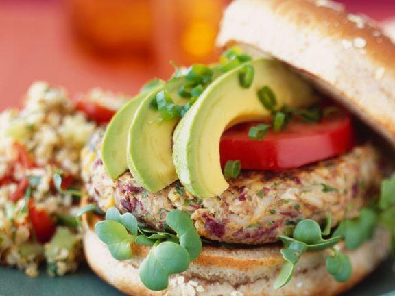 Burger mit Reisbratling und Avocado