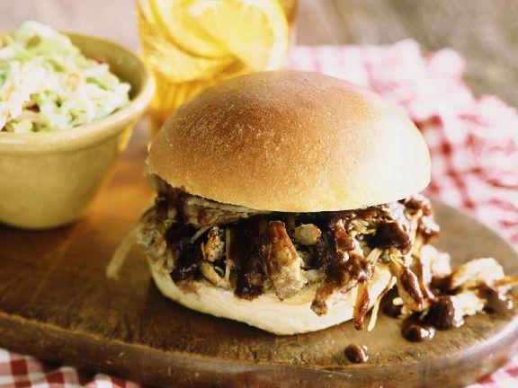 Burger mit Schweinegeschnetzeltem