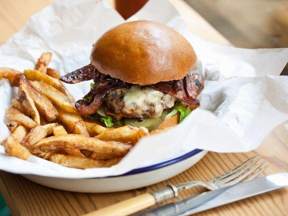 Burger mit Speck und Zwiebeln