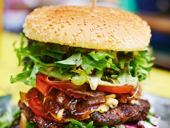 Burger mit Steak, Bacon und Salat