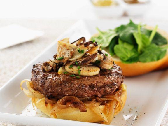 Burger mit Zwiebeln, Pilzen und Spinat