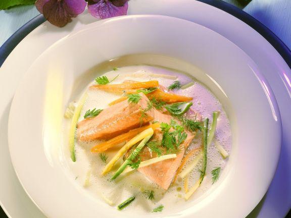 Buttermilchsuppe mit Lachsforelle und Gemüsejulienne