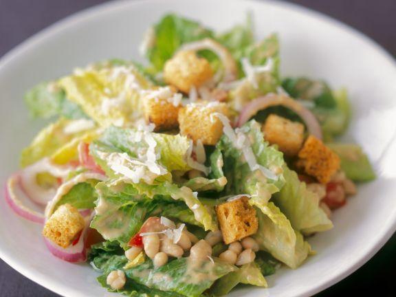 Cäsar Salat mit weißen Bohnen und Zwiebeln