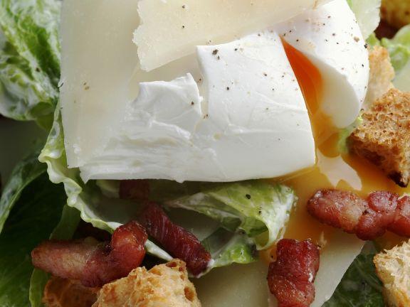 Caesarsalat mit verlorenem Ei, Bacon und Croutons