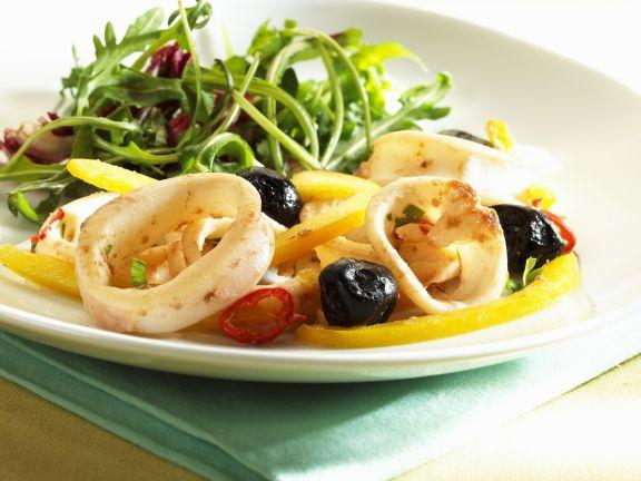 Calamarisalat mit Paprika und Oliven