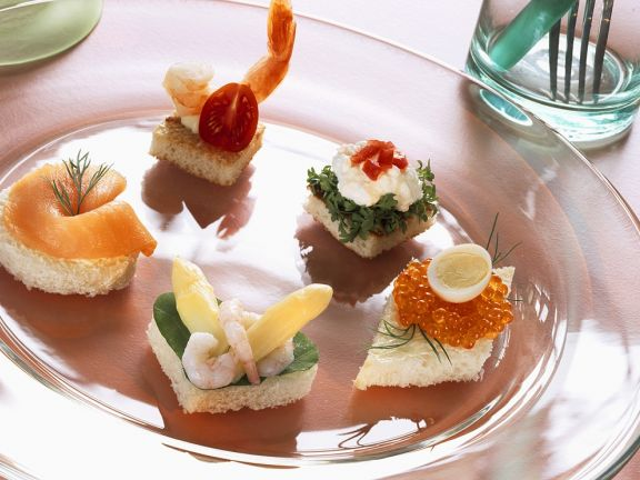 Canapes mit Lachs, Krabben, Kaviar und zwei Croutons
