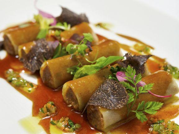 Cannelloni aus Kartoffelteig mit Rinderbratenfüllung, Rotweinsoße und gehobeltem Trüffel