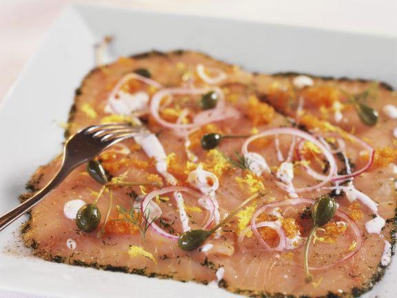 Carpaccio vom Lachs mit Kaviar und Kapern