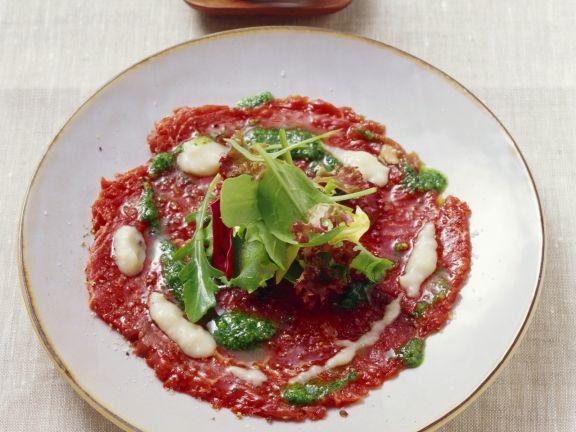 Carpaccio vom Rind mit Bohnencreme und Pesto