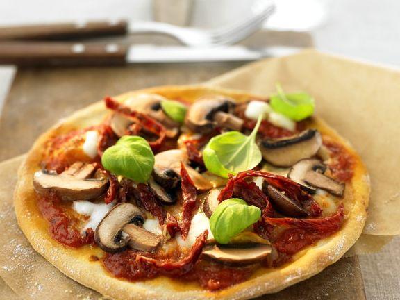 Champinon-Pizza mit getrockneten Tomaten