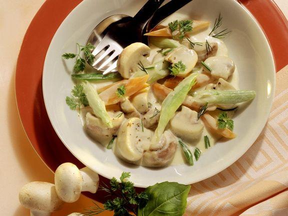 Champignons mit Gemüse in Sahnesauce