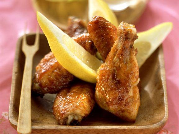 Chicken Wings mit Erdnussdip und Zitronenvierteln