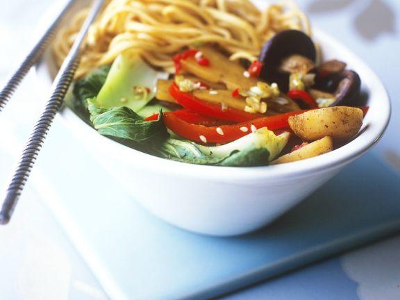Chinesische Eiernudeln mit Gemüse