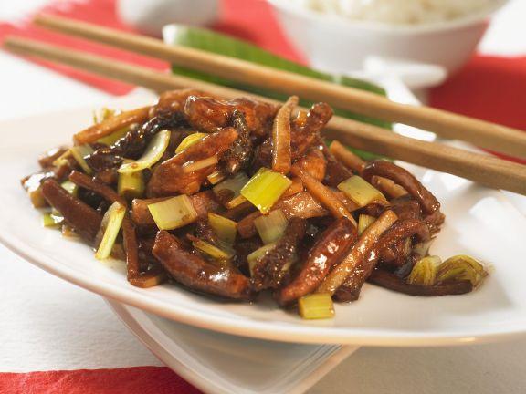 Chinesische Schweinefleischpfanne mit Morcheln und Porree