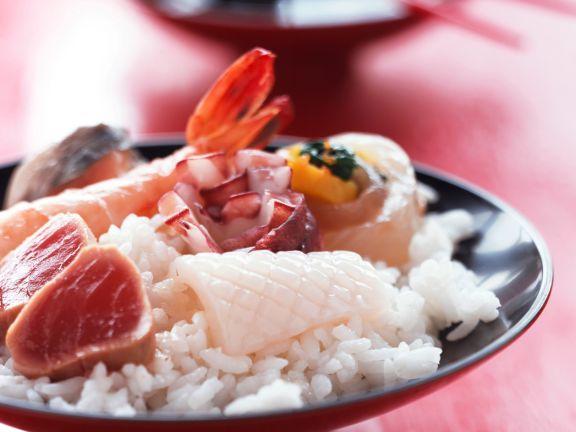 Chirashi-Sushi mit Fisch