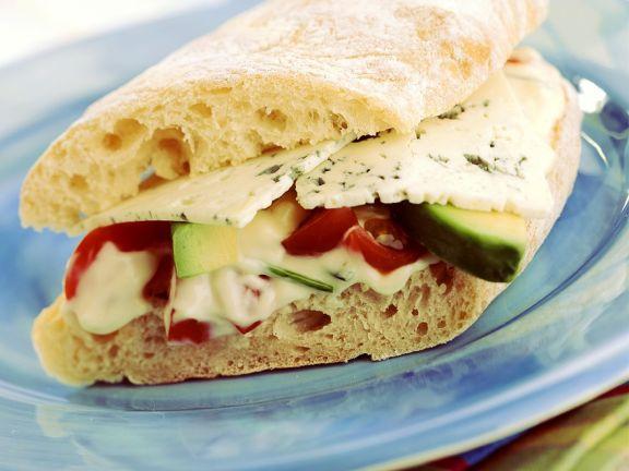 Ciabatta mit Mayonnaisesalat und Käse