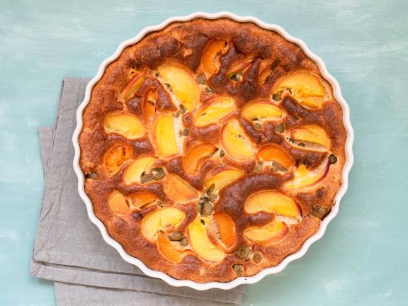 Clafoutis mit Aprikosen, Pfirsich und Stachelbeeren