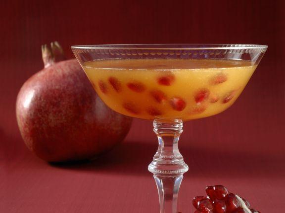 Cocktail mit Champagner und Granatapfel