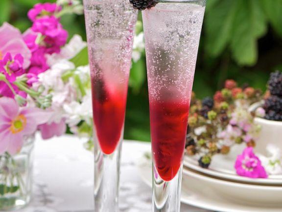 Cocktail mit Gin und Brombeeren