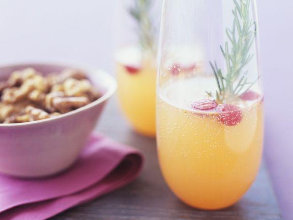 Cocktails mit Cranberries und Rosmarin & Schälchen mit Nüssen