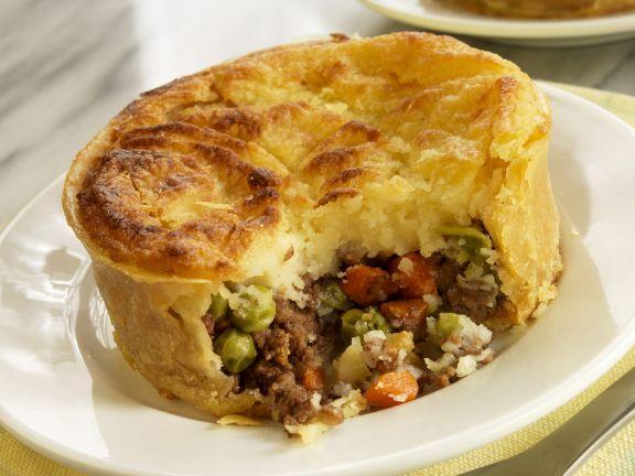 Cottage Pie mit Fleisch und Gemüse gefüllt